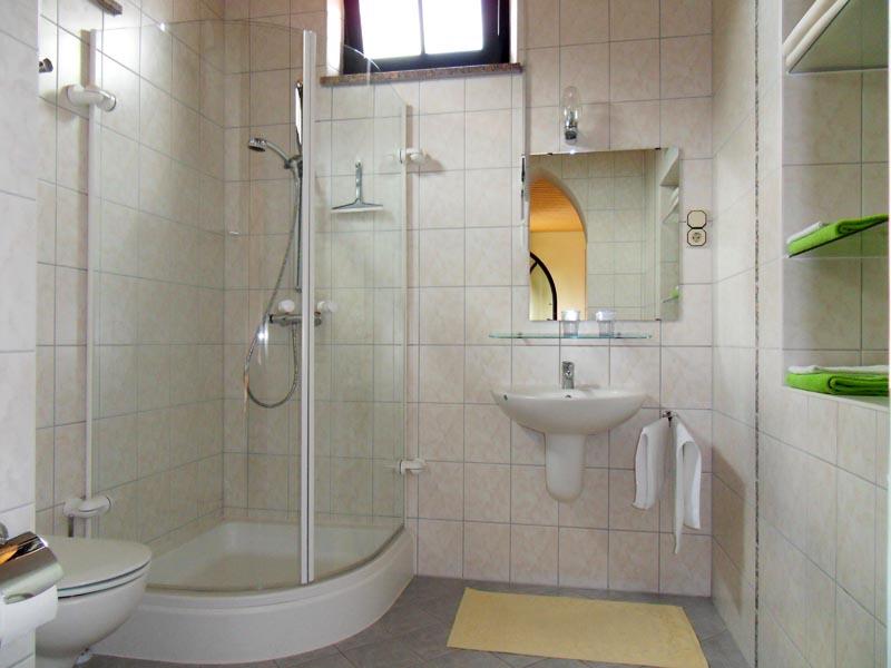 1. Etage - Bad für Einzelzimmer und Doppelzimmer